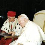 Prof. S. Jurga wręcza album W służbie Słowu papieżowi Janowi Pawłowi II. Archiwum rodzinne