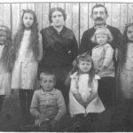 Zdjęcie rodziny Tułasiewiczów, Kęty, około 1916 r. Natalia stoi obok ojca. Obok niej kolejno: Józef, Halina, Tadeusz, Maria, Zofia. Archiwum rodzinne